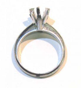 ダイヤモンドを外した立て爪枠。ビフォー