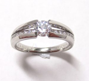 ダイヤリング・ツーブロックセッティング・横からダイヤが見えるデザイン・プラチナ900 1