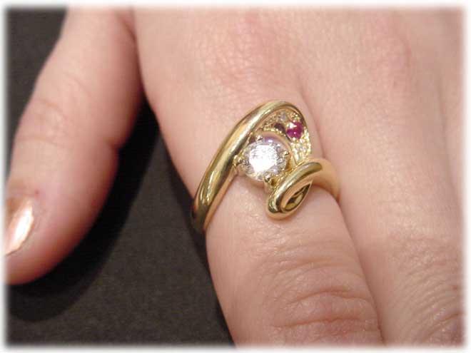 ジュエリーリフォーム用マルチリング枠。ダイヤはもちろんの事、どんなカッティングの宝石達も綺麗にセッティングできます。指輪装着画像