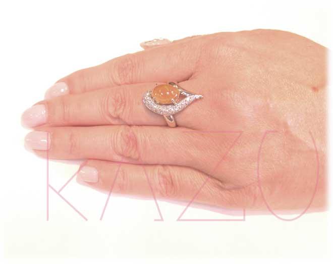 天然ファイヤーオパール・プラチナ枠・ピンクダイヤリングの装着画像2