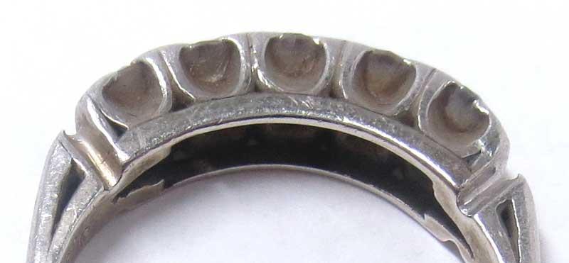 指輪の汚れ。長年指から抜けなかったため、酷く汚れた指輪石座部分の画像