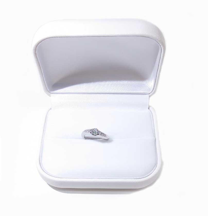 リングケースに入った、リフォームされた婚約指輪。